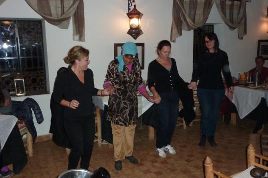 Ed ecco una spagnola, una marocchina, un'olandese e un'italiana alle prese con le danze locali.